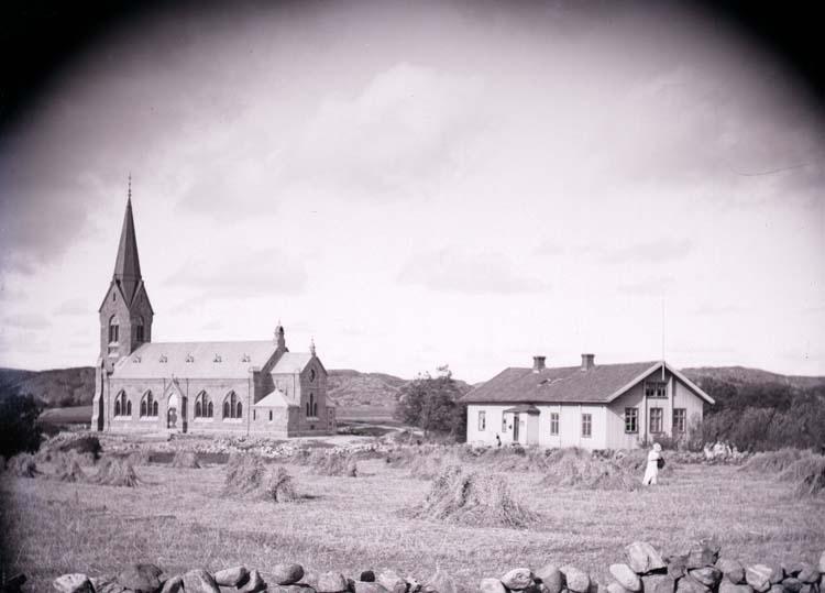"""Enligt text som medföljde bilden: """"Bokenäs Kyrka o. Skolhus 1902."""" ::"""