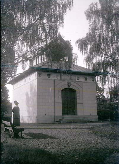 "Enligt text som medföljde bilden: ""Utmelandsmonumentet i Mora. Sept.1916."""