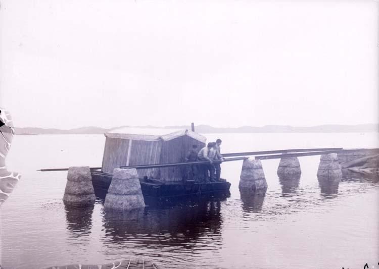 """Enligt text som medföljde bilden: """"Lysekil. Släggöbron, febr.11"""". ::"""