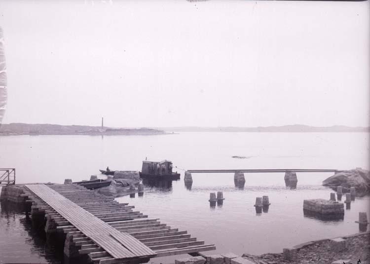 """Enligt text som medföljde bilden: """"Lysekil. Släggöbron febr.11"""". ::"""