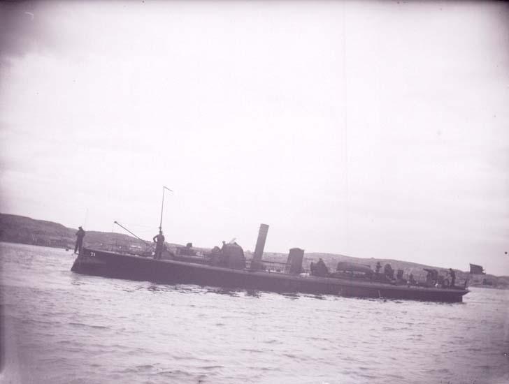"""Enligt text som medföljde bilden: """"Lysekil, Svenske Torpedbåten N.71 (Bygve) från sidan 2:dra klass 19/8 1899""""."""