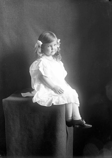 """Enligt fotografens noteringar: """"Barbro Sahlberg Inskriften privat 1929."""""""