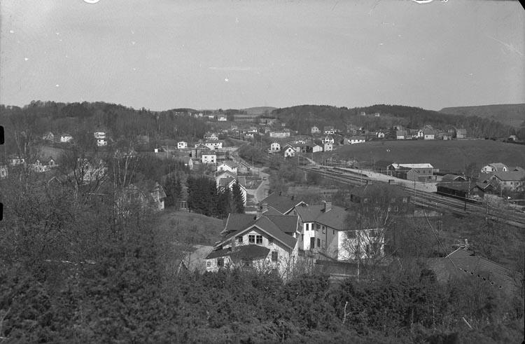 """Enligt fotografens noteringar: """"Stora stationen vid Munkedal i närheten af Järnvägsstationen."""""""