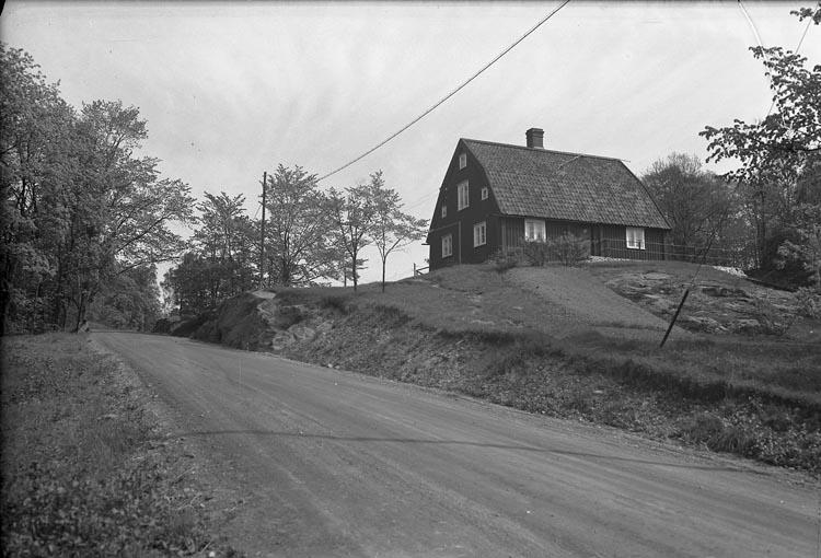 """Enligt fotografens anteckningar: """"1940. Gamla brukets äldsta stuga""""."""