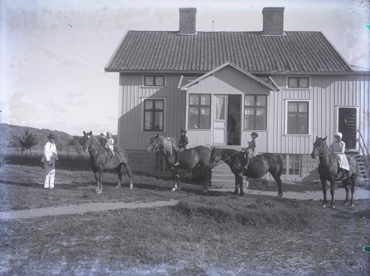 Familjens barn på  hästarna Lilly, Svarta och Nanna 1921
