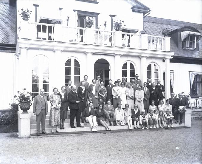 """Släktmöte hos Direktör O. Bildt. Munkedals Herrgård. Troligen omkring 1935."""
