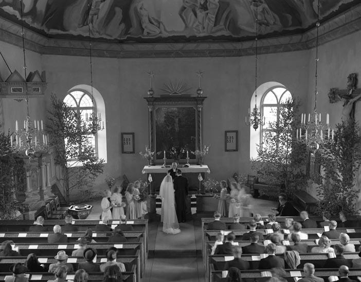 """Text som medföljde bilden: """"1948. No 12. Kyrkbröllop Olof Norborg, Foss"""".  Uppgifter från Munkedals HBF: """"Carl Norborg""""."""