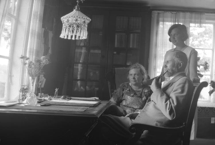 """Enligt fotografens noteringar: """"1938. O...? Faleby med familj"""" ."""