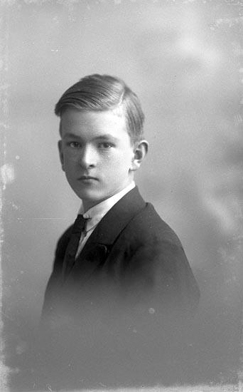 """Enligt fotografens journal nr 1 1904-1908: """"Olsson, Karl Hjälteby""""."""