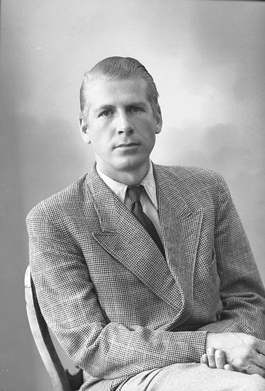 """Enligt fotografens journal nr 7 1944-1950: """"Thelander, Ingeniör Bo Stenungsund""""."""