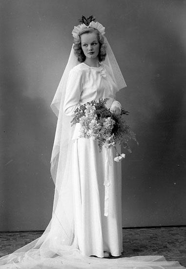 """Enligt fotografens journal nr 7 1944-1950: """"Gustafsson, Herr Thure Stenlyckan Ödsmål bruden""""."""