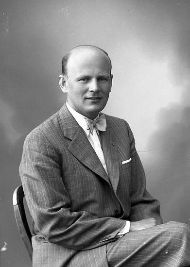 """Enligt fotografens journal nr 7 1944-1950: """"Bergqvist, Borgmästare K-E, Mölndal""""."""