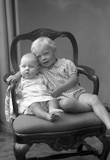 """Enligt fotografens journal nr 7 1944-1950: """"Olsson, Fru Emma Marieberg Sjuntorp""""."""
