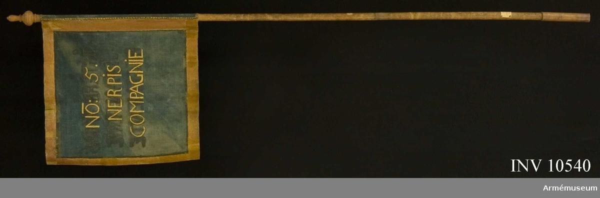 Grupp B I.   Stång: Tillverkad av lövträ. Nedtill försedd med en pikspets av järn  Spets: Tillverkad av trä, svarvad och gulmålad.