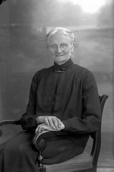 """Enligt fotografens journal nr 4 1918-1922: """"Pettersson, Hulda Groland Spekeröd""""."""