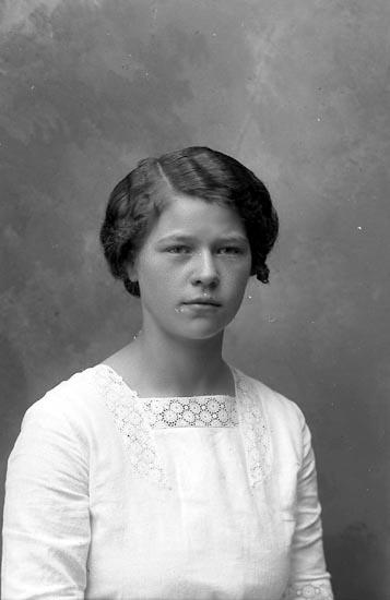 """Enligt fotografens journal Lyckorna 1909-1918: """"Jönsson, Ingrid Lyckorna""""."""