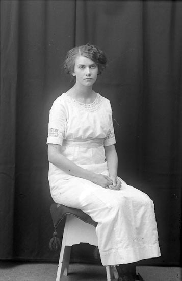 """Enligt fotografens journal Lyckorna 1909-1918: """"Norén, Agnes Ljungskile""""."""