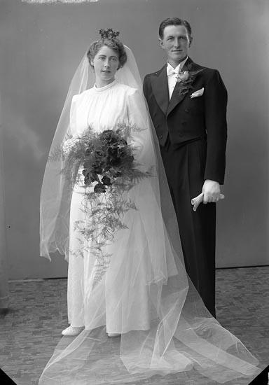 """Enligt fotografens journal nr 6 1930-1943: """"Berntsson, Herr Arthur Apelgården Hjälteby""""."""