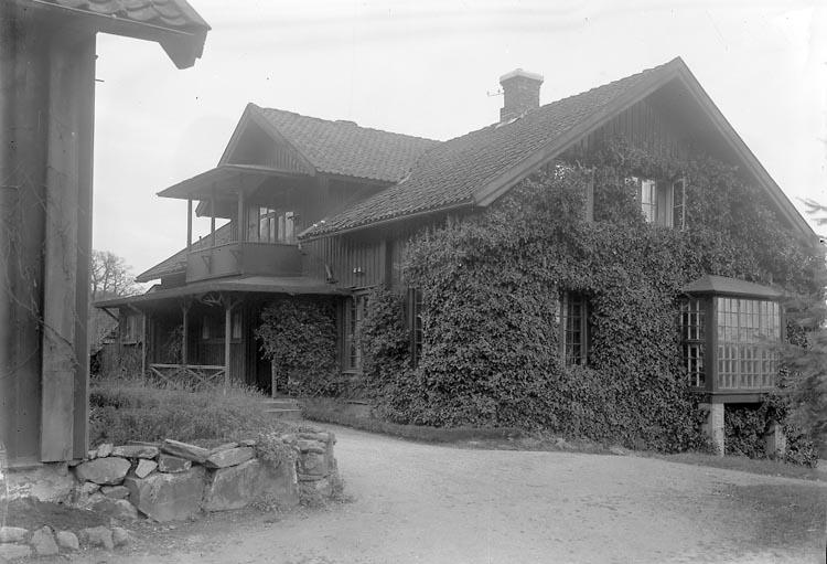 """Enligt fotografens notering: """"Hvitfeldtska egendomen Sundsby Tjörn"""". Enligt fotografens notering: """"Hvitfeldtska egendomen """"Sundsby"""" Valla Tjörn 1933. (För Idun) År 1789. (God dag och Far väl)""""."""