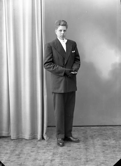 """Enligt fotografens journal nr 8 1951-1957: """"Eliasson, Bengt Övra Röra Spekeröd""""."""