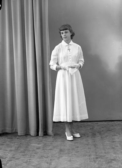 "Enligt fotografens journal nr 8 1951-1957: ""Andersson, Lisette Stenungsund""."