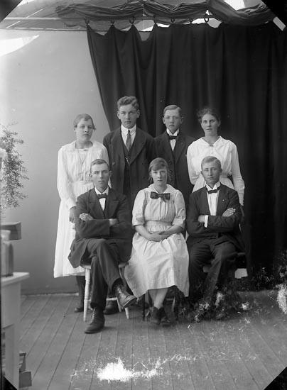 """Enligt fotografens journal nr 4 1918-1922: """"Kristensson, John Övra Röra Spekeröd""""."""