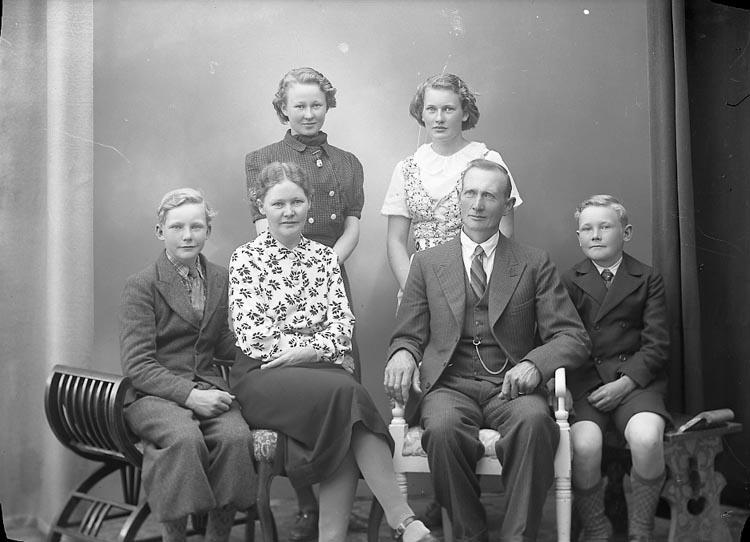 """Enligt fotografens journal nr 6 1930-1943: """"Johansson, John Stenung Stenungsund""""."""