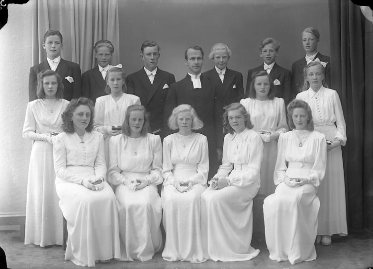 "Enligt fotografens journal nr 7 1944-1950: ""Norums Läsbarn. Pastor Rhedin, Stenungsund""."