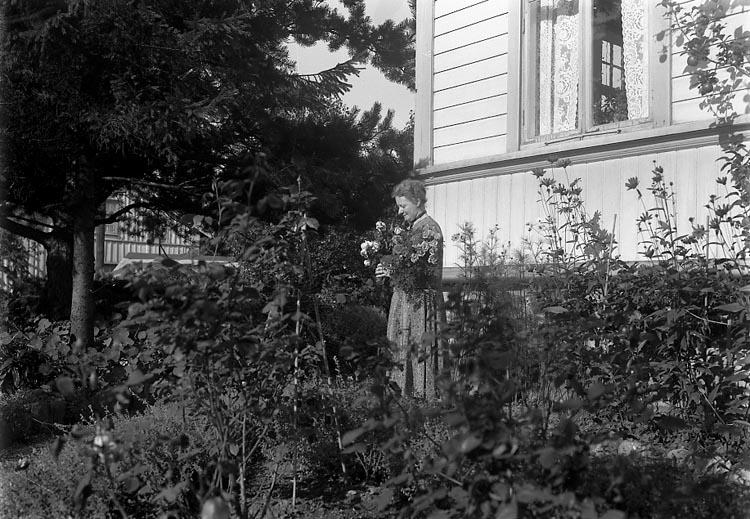 """Enligt fotografens journal 6 1930-1943: """"Enander, Ingeborg d. 4de, Stenungsund""""."""