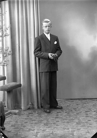 """Enligt fotografens journal nr 7 1944-1950: """"Hallin, Ingmar Högenorum Här""""."""