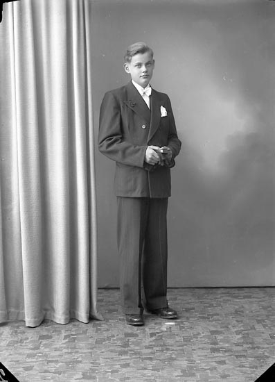 """Enligt fotografens journal nr 7 1944-1950: """"Johansson, Rune Jordhammar Ödsmål""""."""