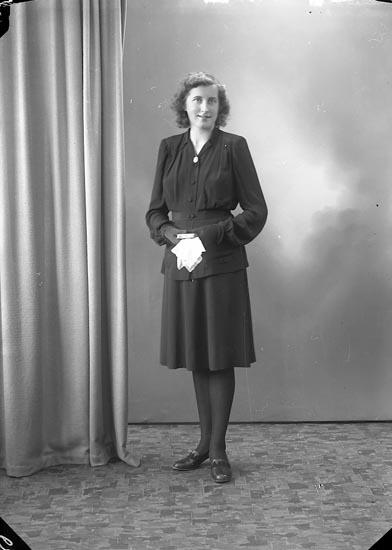 """Enligt fotografens journal nr 7 1944-1950: """"Axelsson, Karin Backarna, Ucklum""""."""