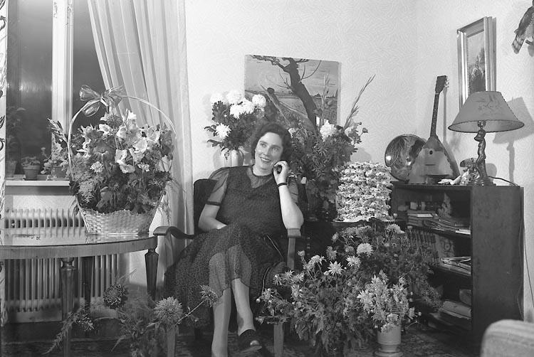 """Enligt fotografens journal nr 7 1944-1950: """"Vestborg, Fru Stenungsund 50 årsdag""""."""