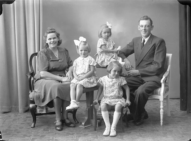 """Enligt fotografens journal nr 7 1944-1950: """"Hansson, Herr Helmer, Ö. Skår, Svenshögen""""."""