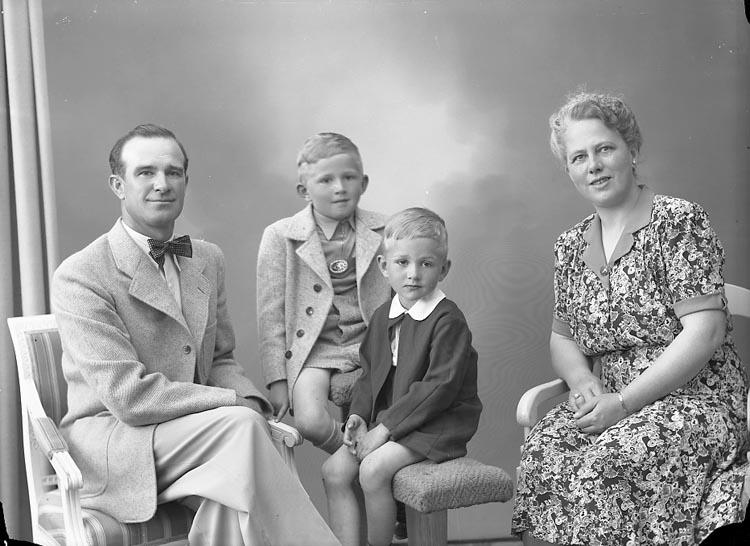 "Enligt fotografens journal nr 7 1944-1950: ""Ekenberg, Herr Nösnäs Stenungsund""."