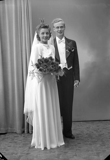 "Enligt fotografens journal nr 7 1944-1950: ""Ryheden, Brudparet Strand- Här""."
