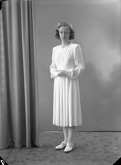 """Enligt fotografens journal nr 7 1944-1950: """"Nilsson, Hillevi Röra Nedra Spekeröd""""."""