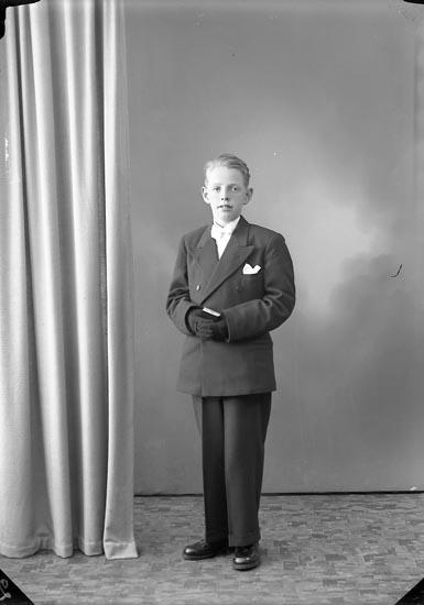 """Enligt fotografens journal nr 7 1944-1950: """"Johansson, Ingemar, Kycklingdalen, Svenshögen""""."""