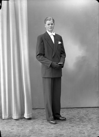 """Enligt fotografens journal nr 8 1951-1957: """"Eriksson, Bengt Torp Här""""."""