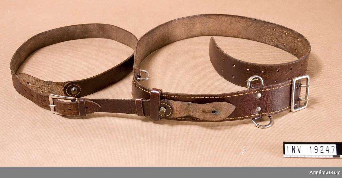 Samhörande nr är: 19247-19248. Av brunt läder med stålfärgat spänne och ringar. Thure Zettermark Långsjövägen 26 131 33 Nacka