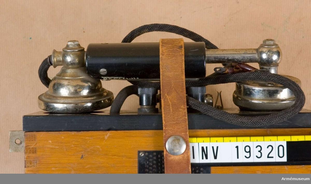 Uppgifter på typ och modellår saknas. Telefonapparaten har tillhört Radiotjänsts tekniska avdelning. Märkt: Telefon A-B.L.M. Ericsson Stockholm. Induktorvev och batteri saknas.