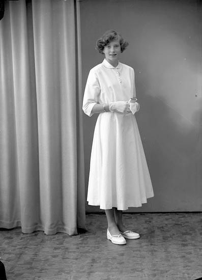 """Enligt fotografens journal nr 8 1951-1957: """"Wallin, Inga-Marie, Sandbacka Ucklum""""."""