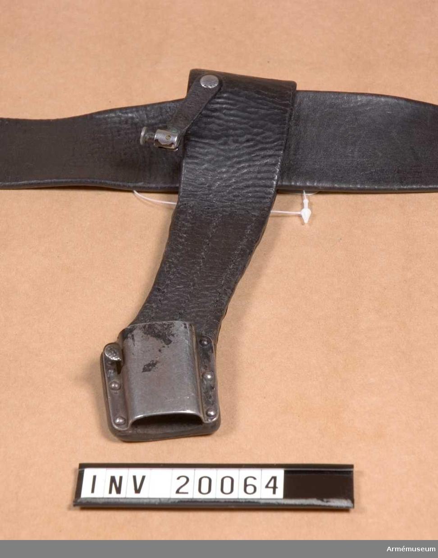 Grupp E II. Av svart läder med en ögla för fastsättning på livrem. Hylsa av järn och rem för bajonett.