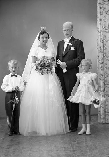 """Enligt fotografens journal nr 8 1951-1957: """"Falkhede, Civilekonom Leif Aprilgatan 28 Gbg""""."""