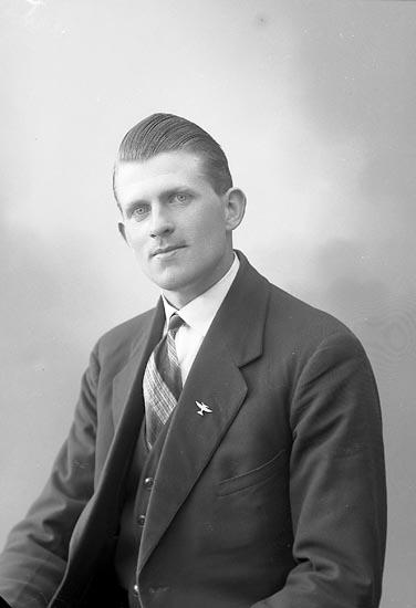"Enligt fotografens journal nr 6 1930-1943: ""Johansson, Elof Buxeröd, Ucklum""."