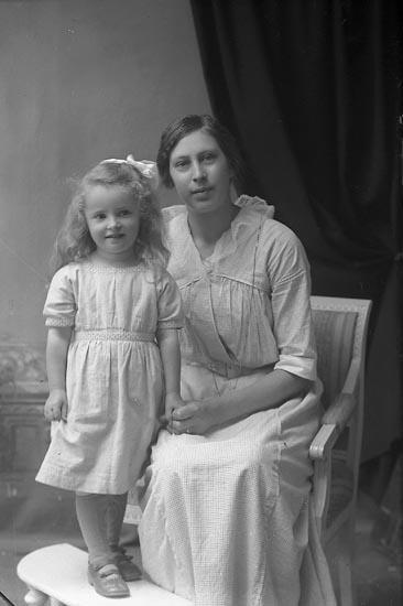"""Enligt fotografens journal Lyckorna 1909-1918: """"Bergström, Signhild, Stampgatan 56 Gbg""""."""