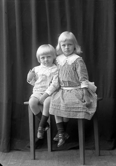 """Enligt fotografens journal nr 2 1909-1915: """"Steen, Ulla"""". Enligt fotografens notering: """"Ulla och Erik Steen, Ön""""."""