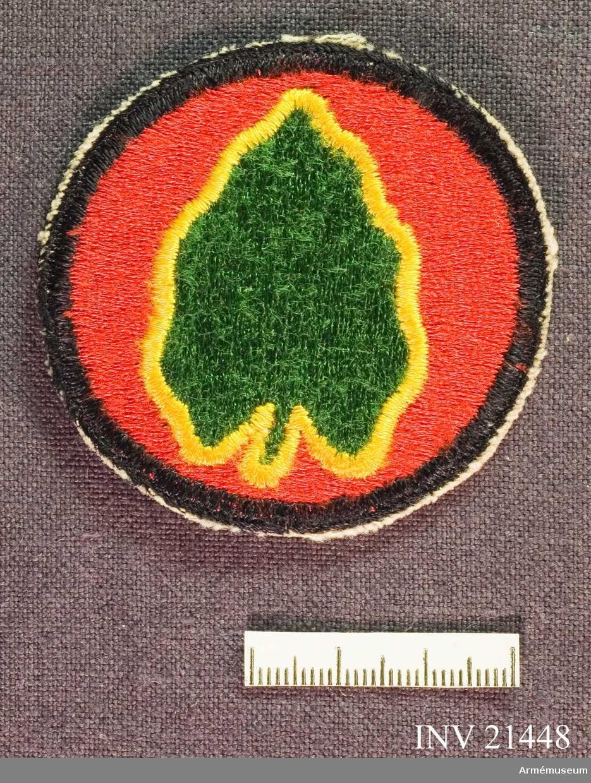 Samhörande gåva: 21437-51, 22351-2, uniformsemblem.Emblem, 24th Infantry Division. Grupp C I. För amerikansk trupp som deltog i striderna i Korea 1950-53. 24th Infantery Division: se 25th Infantery Division. Kan i viss mån sägas dubbleras av 25th Division,