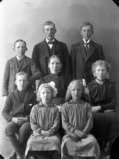 "Enligt fotografens journal nr 3 1916-1917: ""Abrahamsson, Karl Apleröd, Ödsmål""."