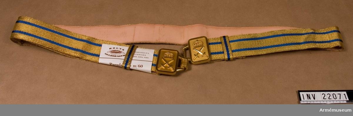 Grupp C I. Ur uniform m/1960 för fanjunkare vid Kronobergs reg. Består av vapenrock, långbyxor, skjortor, slipsar, mössor, paradskärp, livrem, skor.